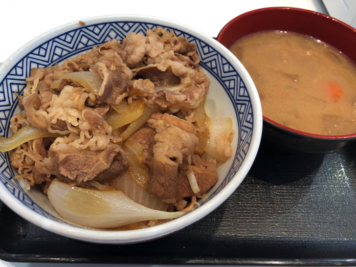 吉野家の牛丼と味噌汁