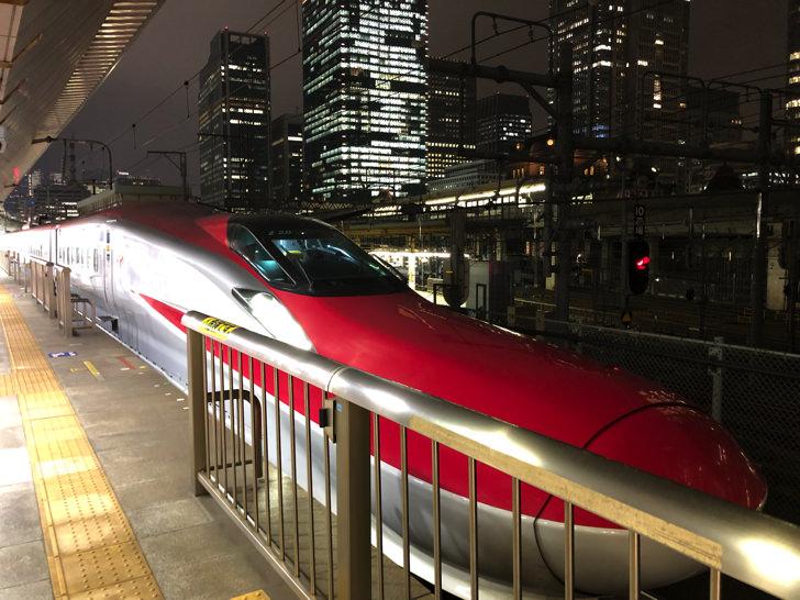 東京駅で新幹線こまち夜景