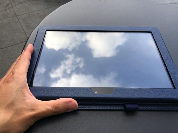 risuタブレットと黒いテーブル