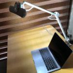 デスクライトとMacBookPro