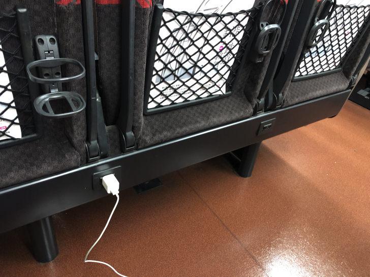 電源コンセントに充電ケーブル