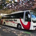 トラベックスツアーズのバスとぶどう園
