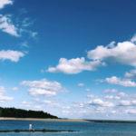 どこまでも青い空と海に佇む男性