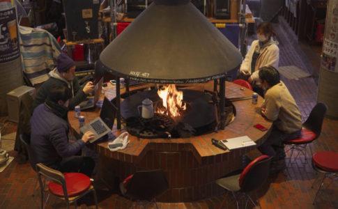 ペンション内の暖炉を囲んで